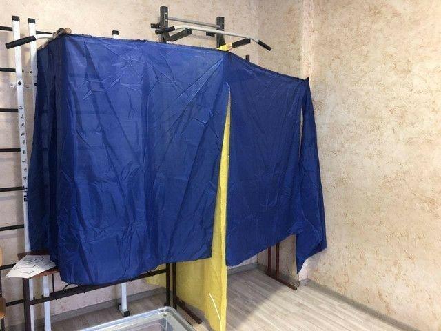 Курйозні фото з виборчих дільниць - як викручувалися виборчкоми при відсутності кабінок для голосування - фото 4