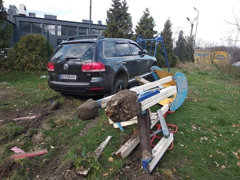 У Львові п'яний поліцейський на позашляховику протаранив три авто і зніс дитячий майданчик - фото 3