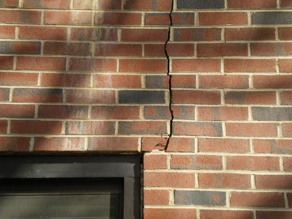 Какие трещины в стене дома опасны для жизни (фото) - фото 2