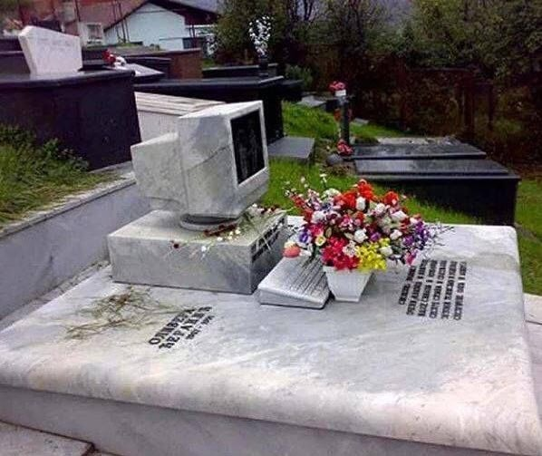 Странные, душераздирающие и забавные - 25 необычных надгробий со всего мира - фото 25