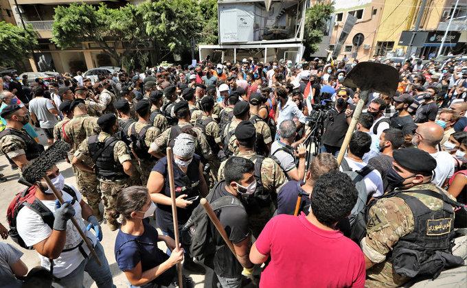 Уничтоженный Бейрут захлестнули драки и антиправительственные костры (фоторепортаж) - фото 6