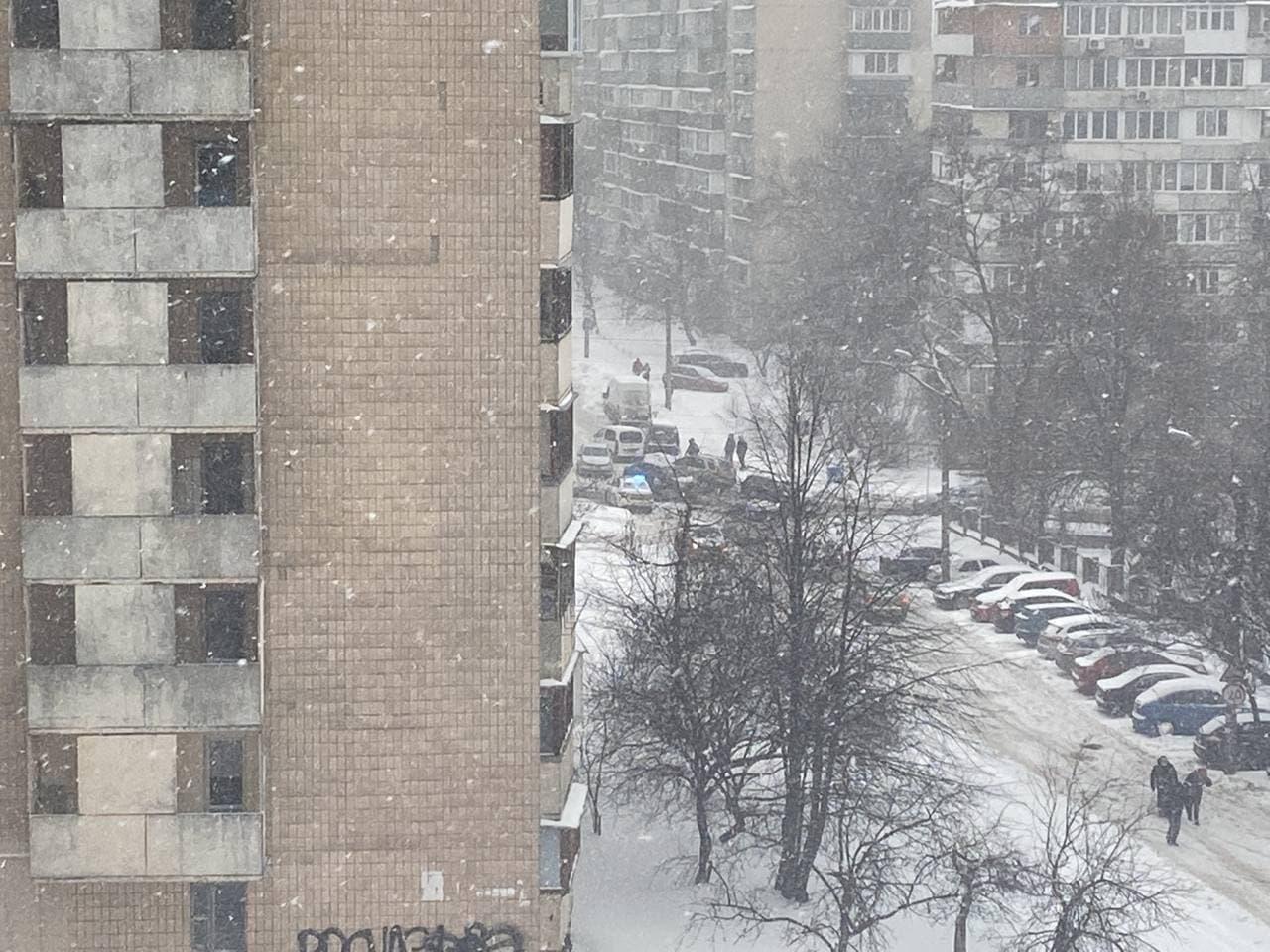 У Києві великий шматок дороги провалився під землю, заблокувавши рух (відео) - фото 2
