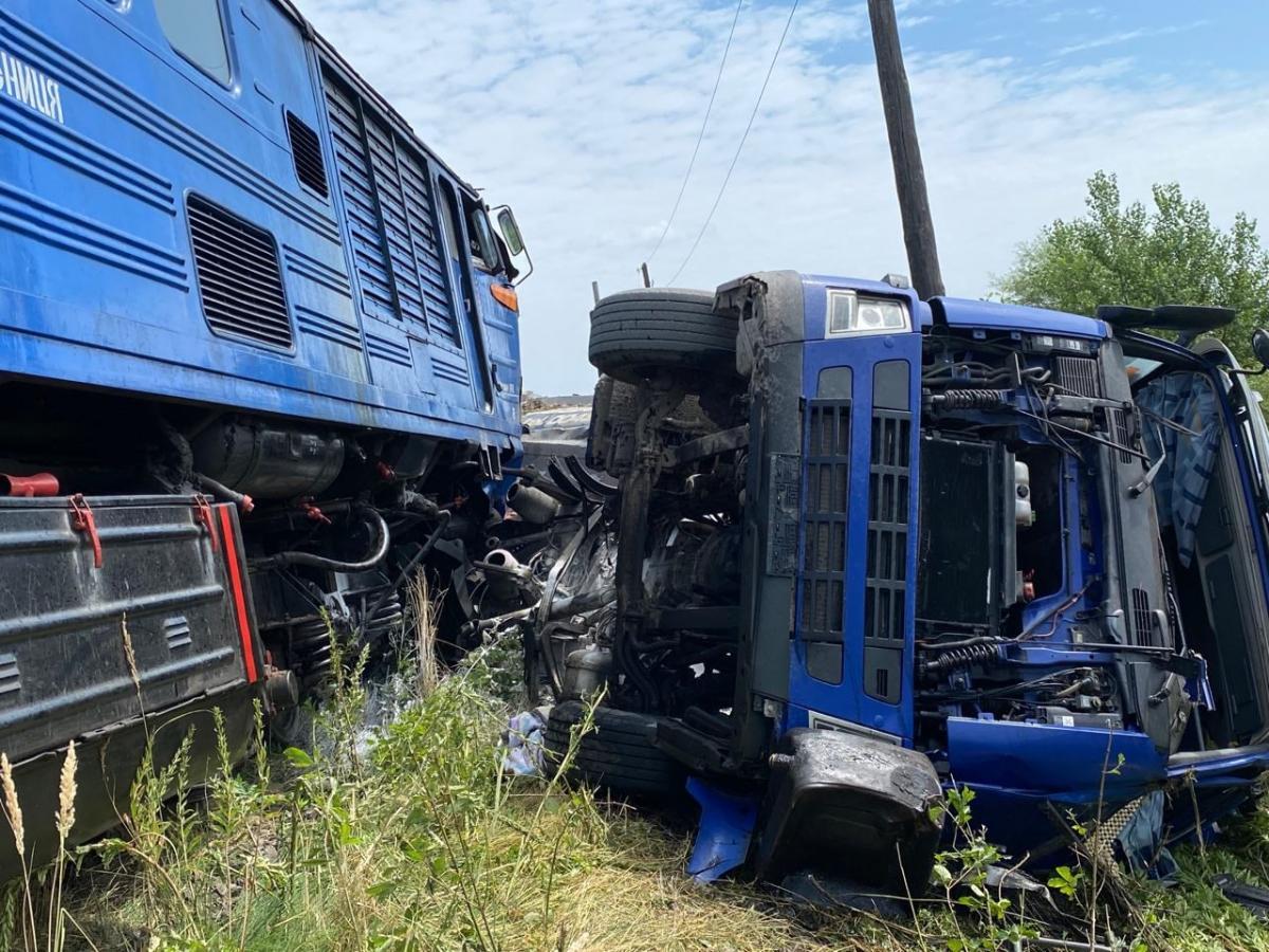 На Закарпатті зіткнулися пасажирський поїзд і вантажівка: подробиці страшної аварії (ФОТО) - фото 2