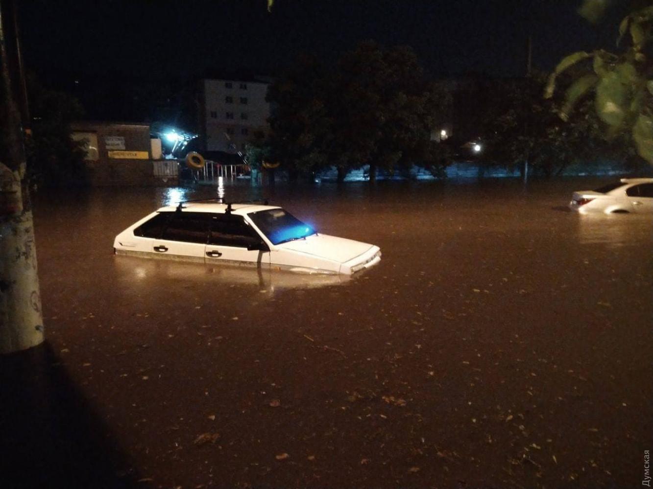 Поплыла из-за дождя: как Одесса справилась с мощнейшей непогодой (ФОТО, ВИДЕО) - фото 9