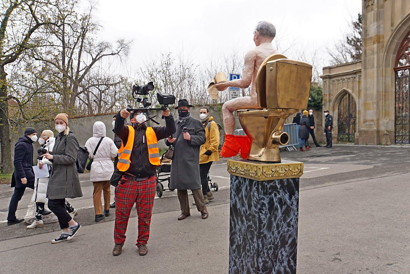 В Чехии установили статую голого Путина: где и зачем (ФОТО, ВИДЕО) - фото 4