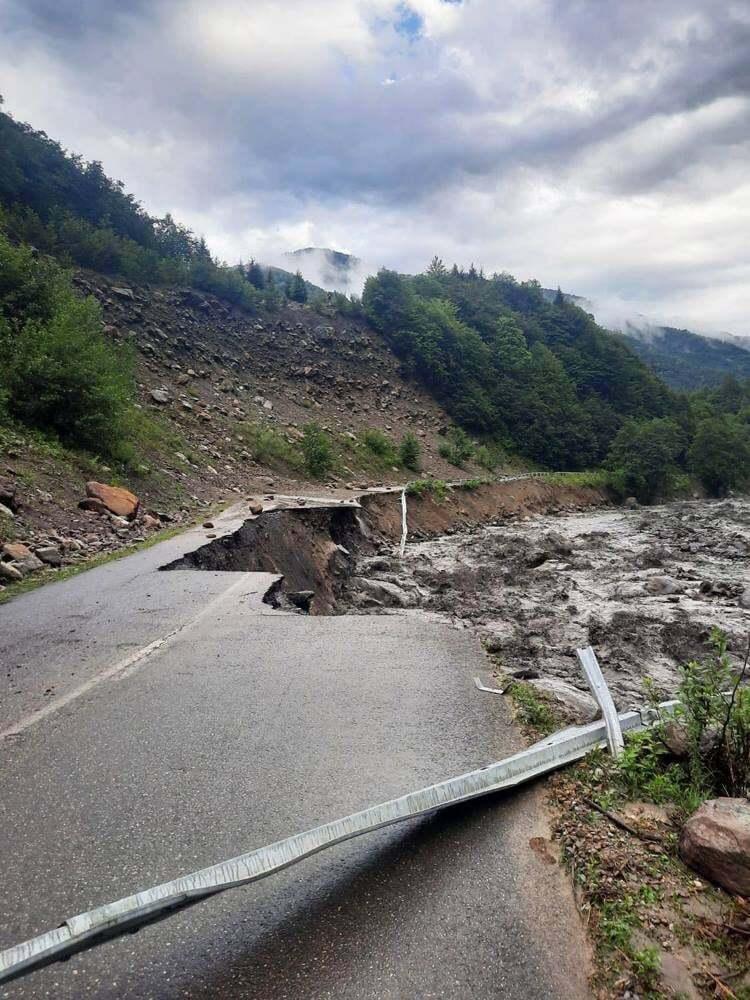 У Грузії потужні зливи руйнують дороги мости і міста (ФОТО) - фото 2