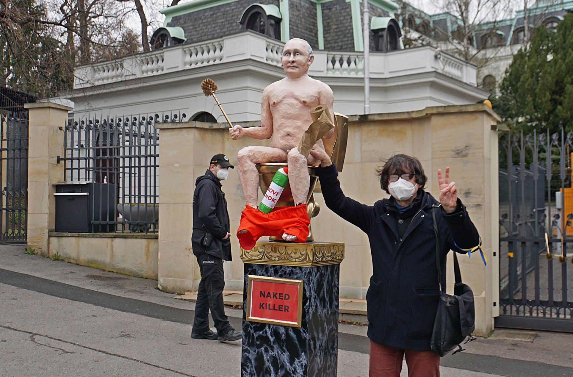 В Чехии установили статую голого Путина: где и зачем (ФОТО, ВИДЕО) - фото 5