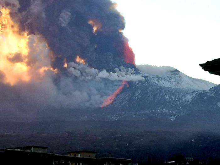 Вулкан Этна на Сицилии начал внезапное извержение в последних лучах солнца (видео) - фото 7