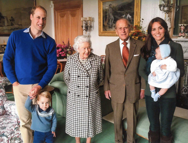 Букингемский дворец опубликовал редкие семейные фото с принцем Филиппом - фото 5