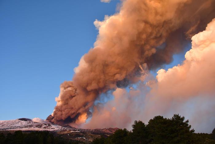 Вулкан Этна на Сицилии начал внезапное извержение в последних лучах солнца (видео) - фото 3