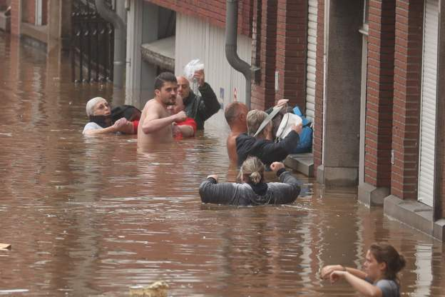 Рекордные наводнения в Западной Европе привели к десяткам погибших (фото) - фото 3