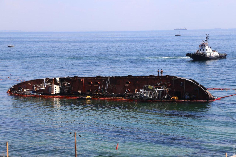 В Одессе занялись заброшенным Delfi: появились фото, как поднимают танкер - фото 5