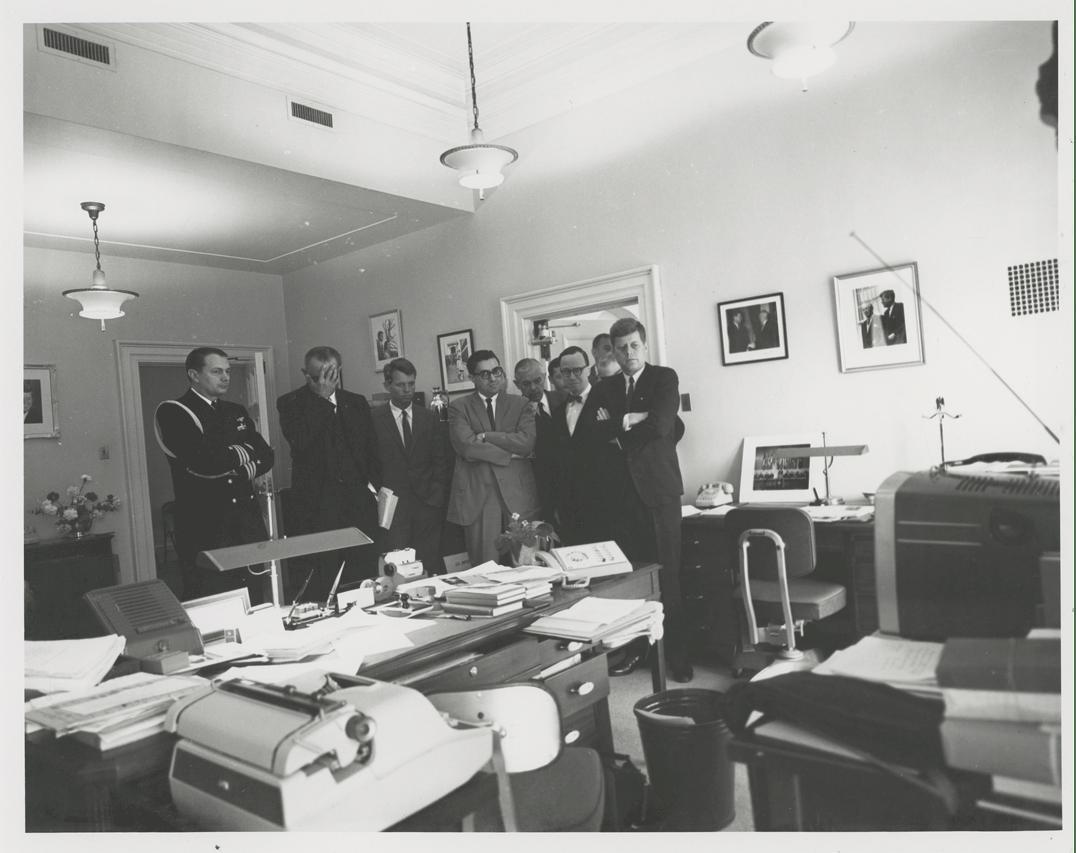 В Нью-Йорке на аукционе выставили самую большую коллекцию редких фото NASA (Фото) - фото 10