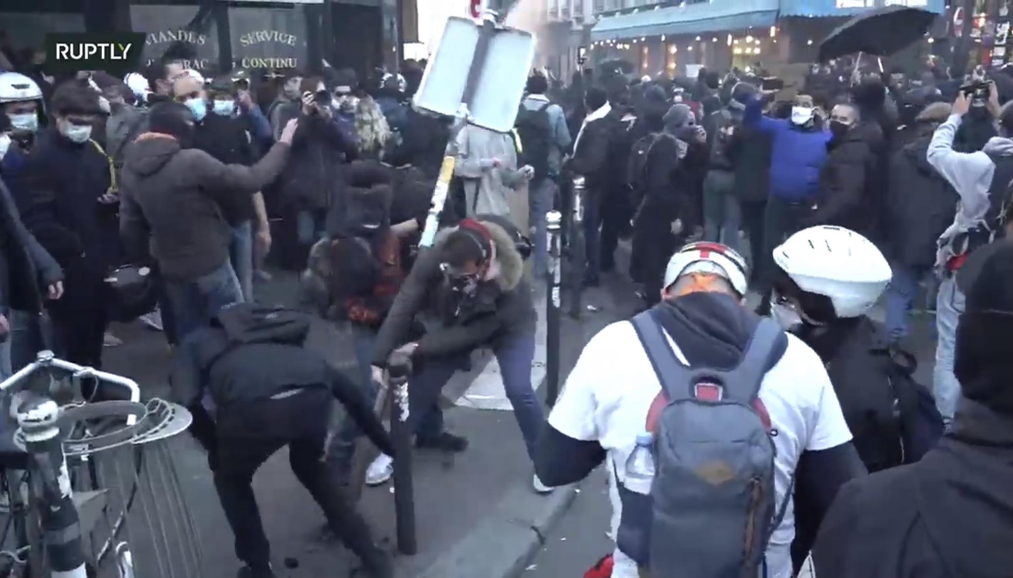 Протесты в Париже: французы жгут магазины и вырывают дорожные знаки (фото и видео) - фото 2