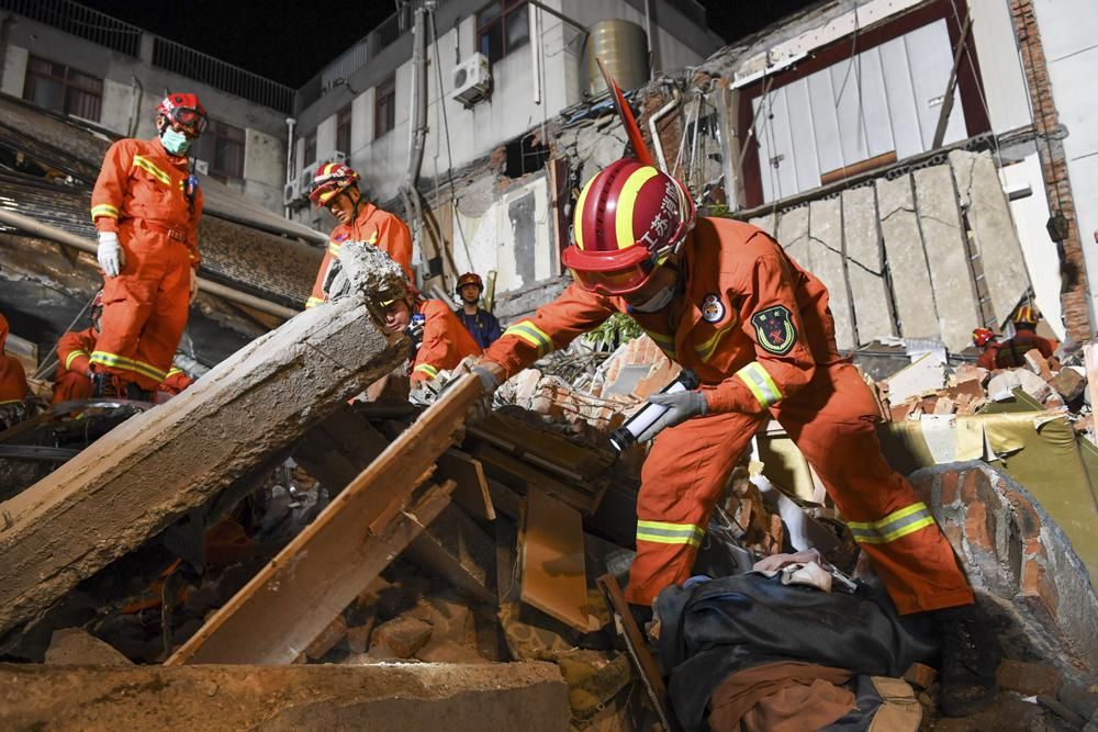 В Китае обрушилось здание гостиницы: количество жертв увеличилось (ФОТО) - фото 2