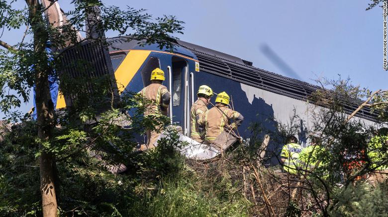 Не менше трьох людей загинули у результаті аварії потягу в Шотландії: опубліковані шокуючі фото і відео - фото 2