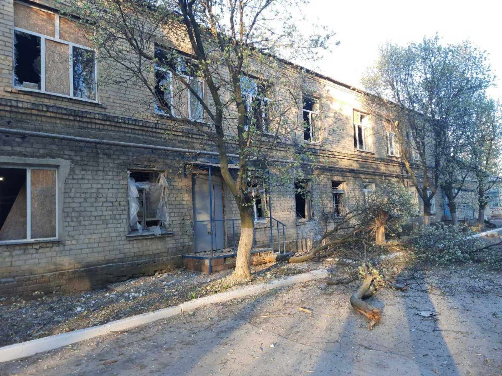 Обострение на Донбассе: оккупанты открыли огонь по ковидной больнице (ФОТО) - фото 3