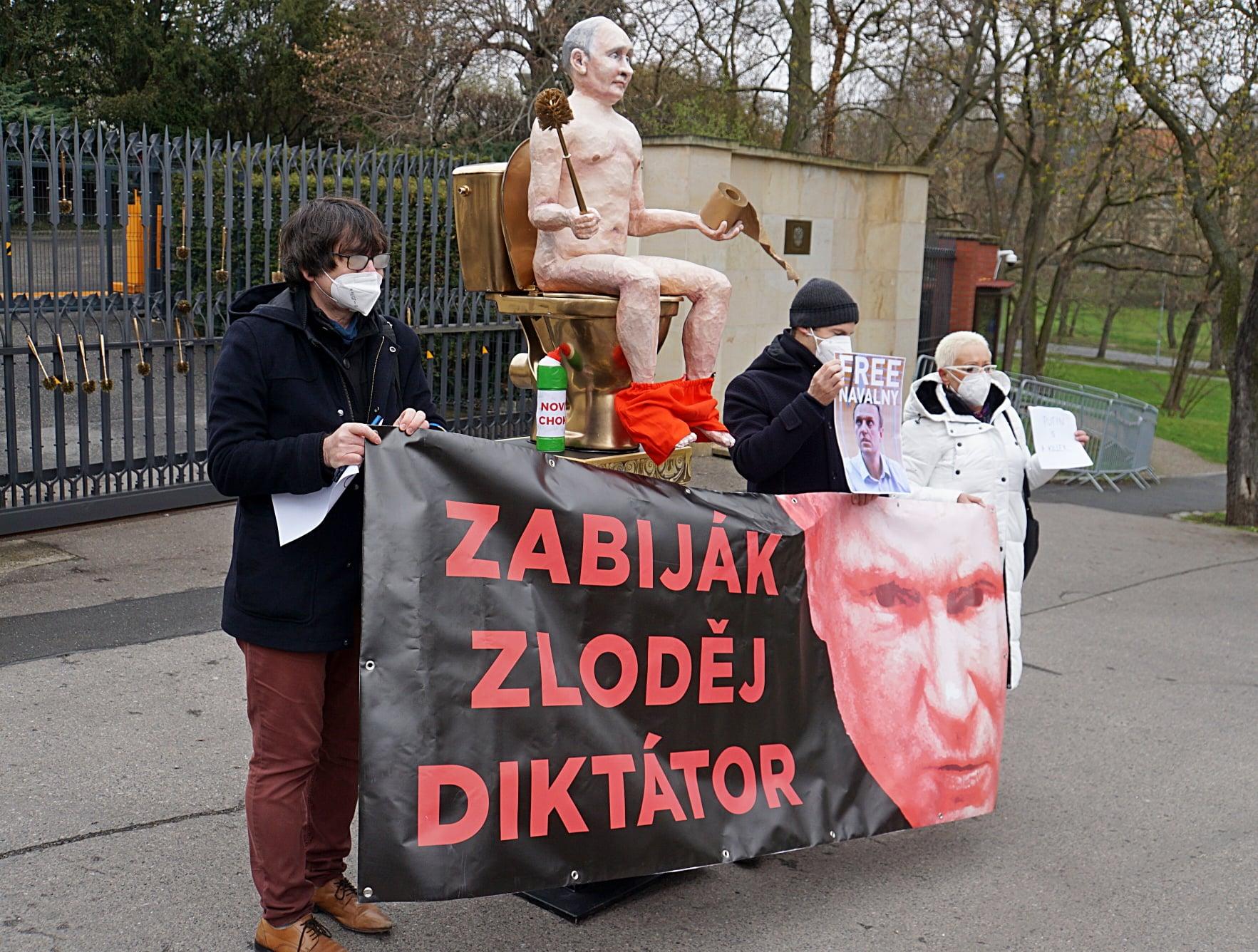 В Чехии установили статую голого Путина: где и зачем (ФОТО, ВИДЕО) - фото 3