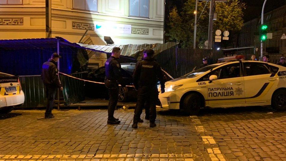 """В центре Киева Ауди """"не разминулся"""" с домом, есть травмированные - водитель нагло покинул место происшествия - фото 4"""