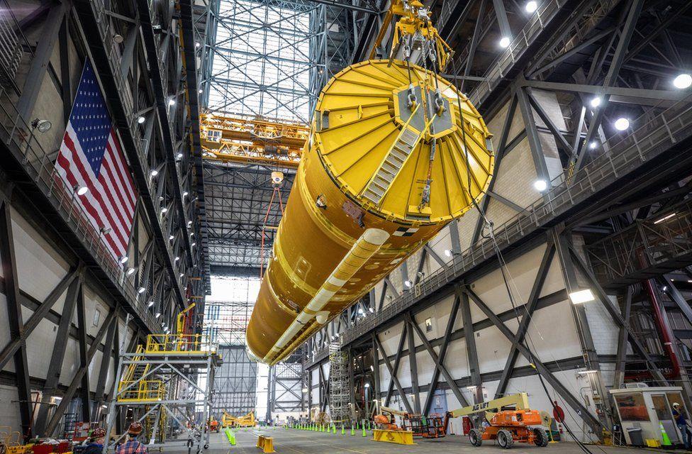 NASA впервые показало, как выглядит собранная космическая ракета, которая отправит людей на Луну - фото 3