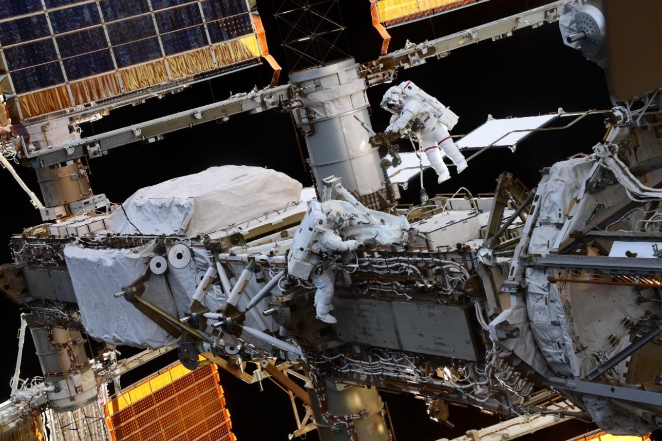 Астронавты на МКС вышли в открытых космос на семь часов (ФОТО)  - фото 2