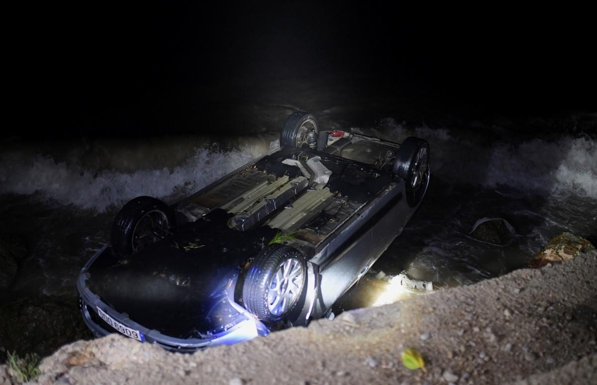 Вода несла автомобили по улицам: в Испании из-за сильных дождей образовались наводнения (ФОТО) - фото 2