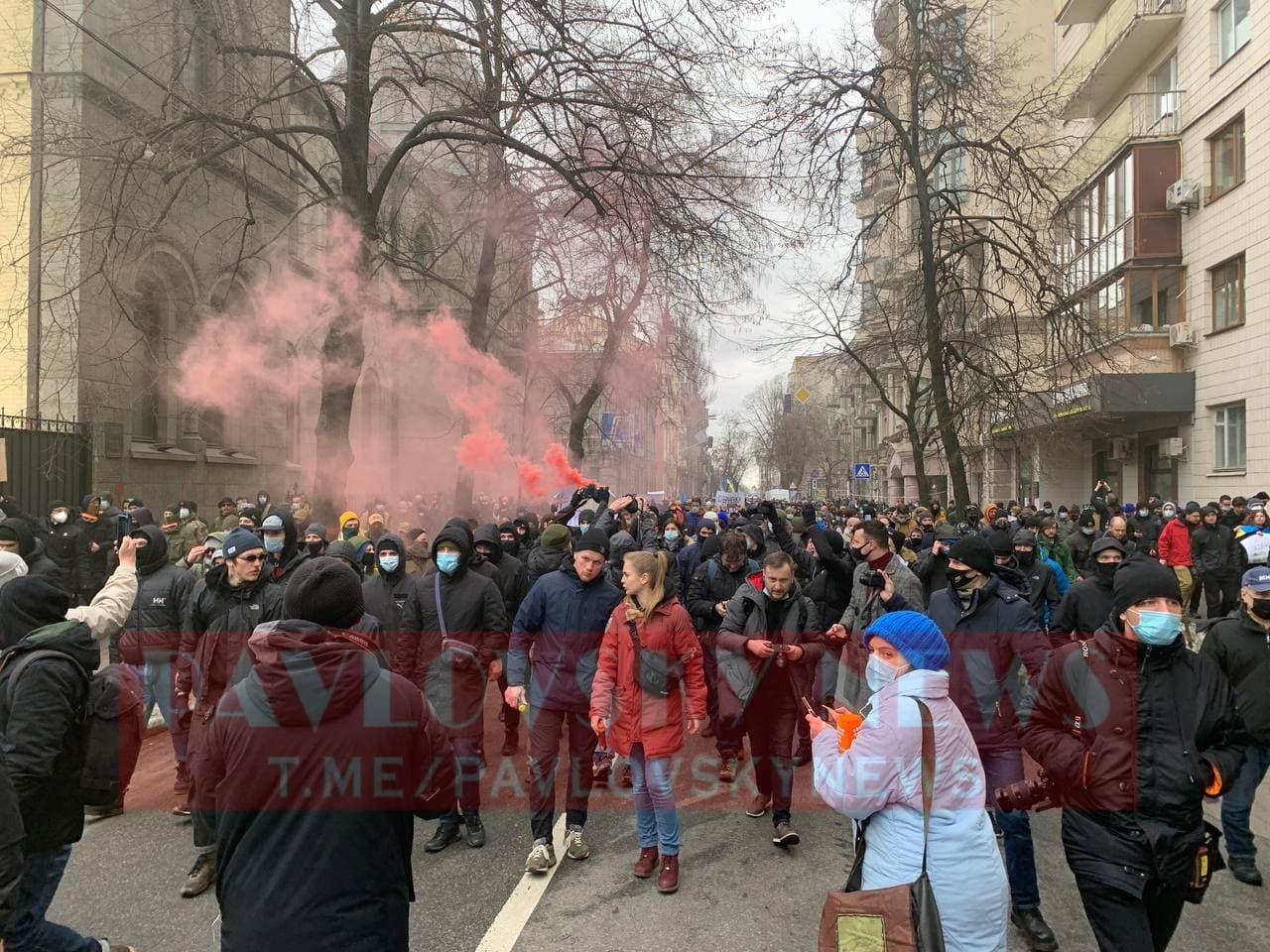 У Києві активісти на підтримку Стерненка крокують до Генпрокуратури: уся колона в диму (фото) - фото 11