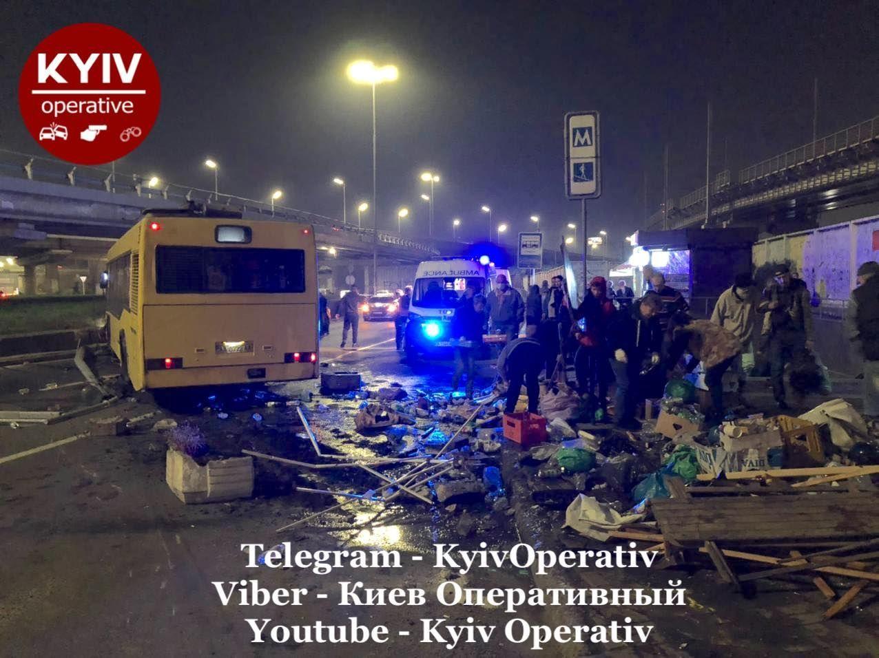 Смертельное ДТП в Киеве - автобус снес остановку, полную людей - фото 2