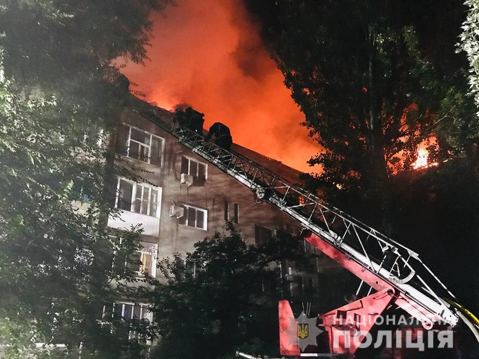 В Запорожье горела крыша многоэтажки: эвакуировали 100 человек - фото 2