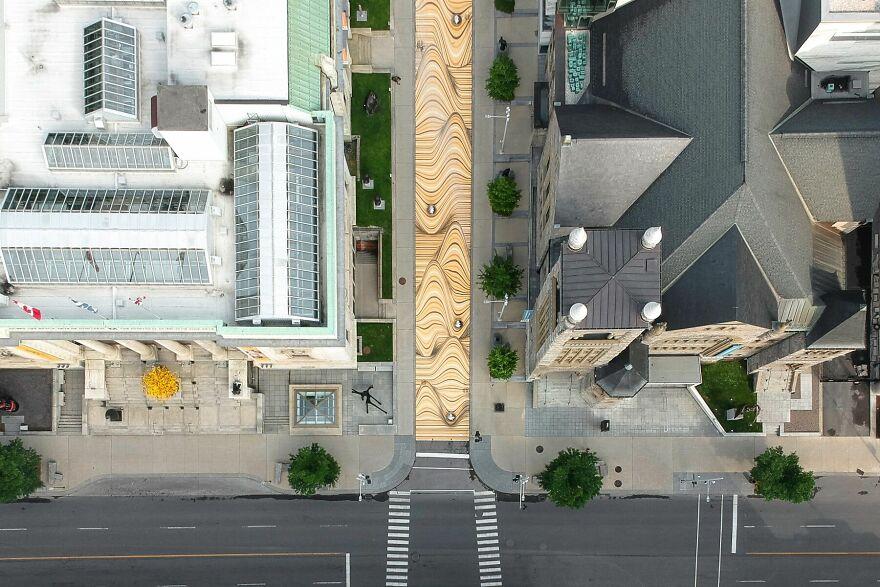 «Щось нереальне»: вулицю Монреаля перетворили на піщані дюни - фото 2