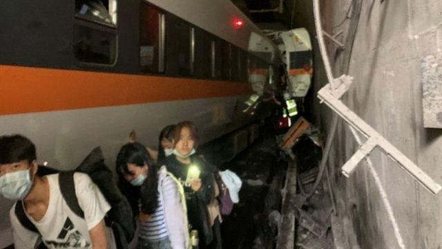 В Тайване произошла железнодорожная катастрофа: погибло полсотни человек (ФОТО)  - фото 3