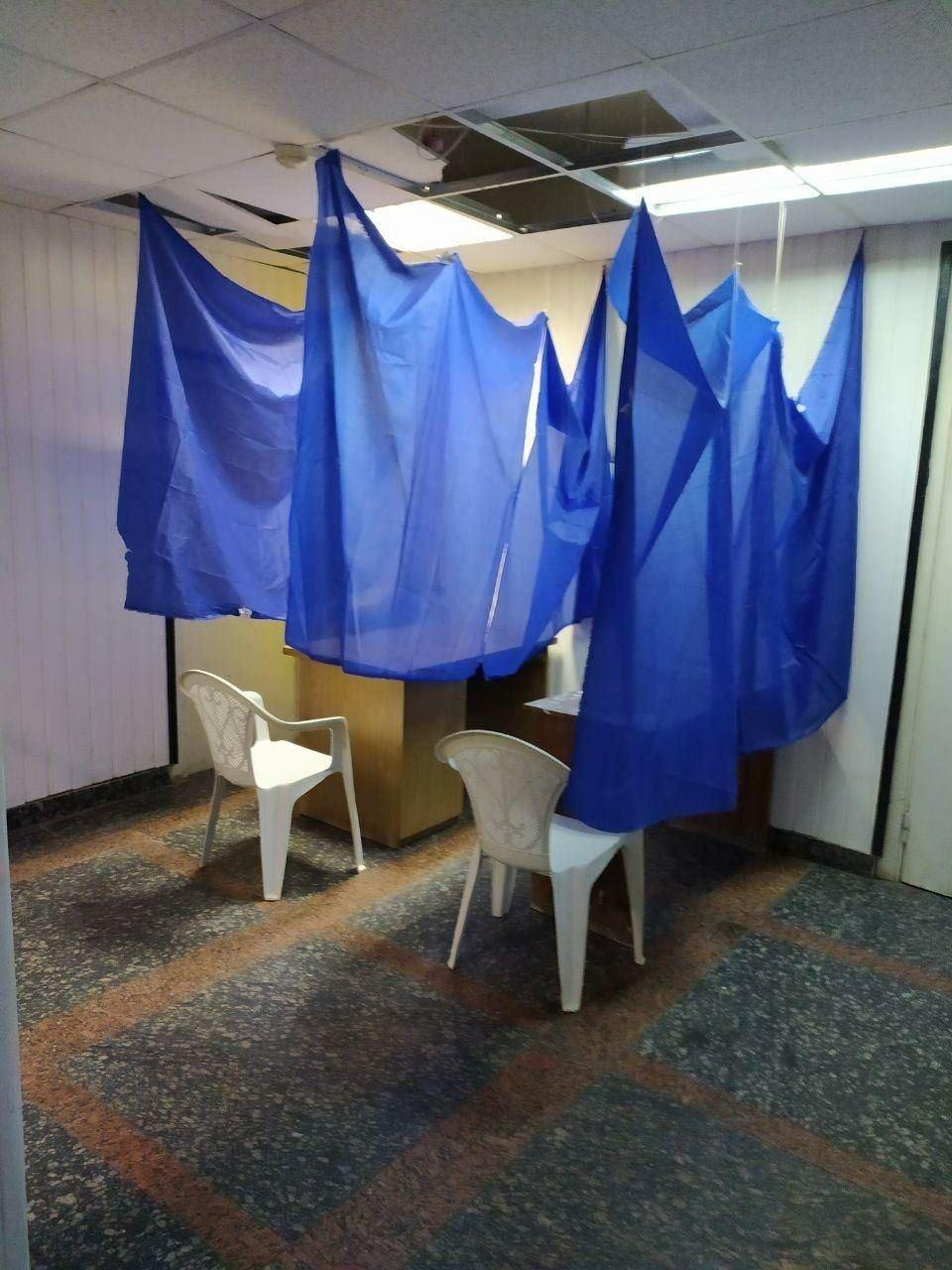 Курйозні фото з виборчих дільниць - як викручувалися виборчкоми при відсутності кабінок для голосування - фото 3