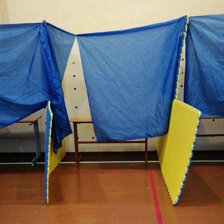 Курйозні фото з виборчих дільниць - як викручувалися виборчкоми при відсутності кабінок для голосування - фото 5