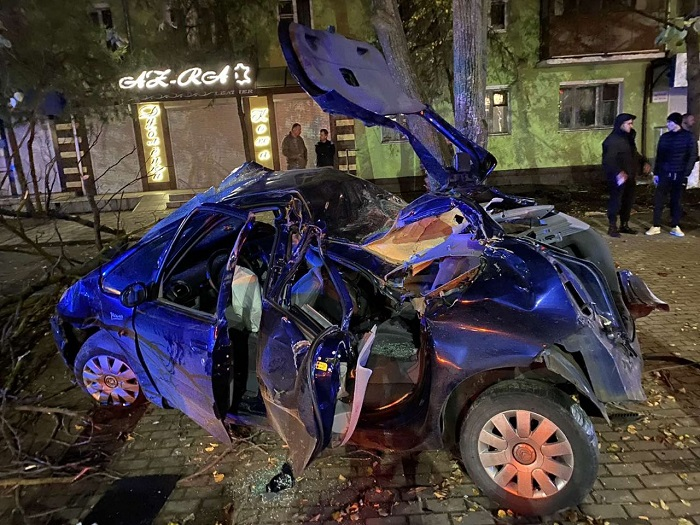 Удар був такої сили, що дерево виявилося вирваним з коренем - в Одеській області страшне ДТП, яке забрало життя - фото 6