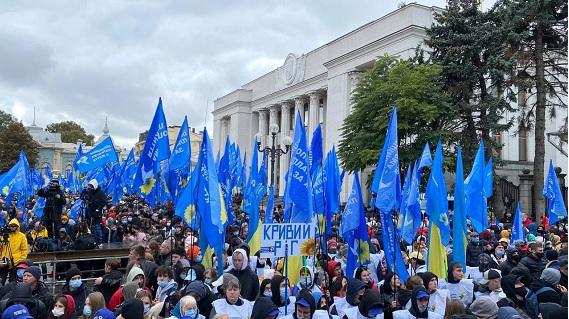 Под Верховной Радой прошел митинг ОПЗЖ в поддержку Медведчука - фото 4