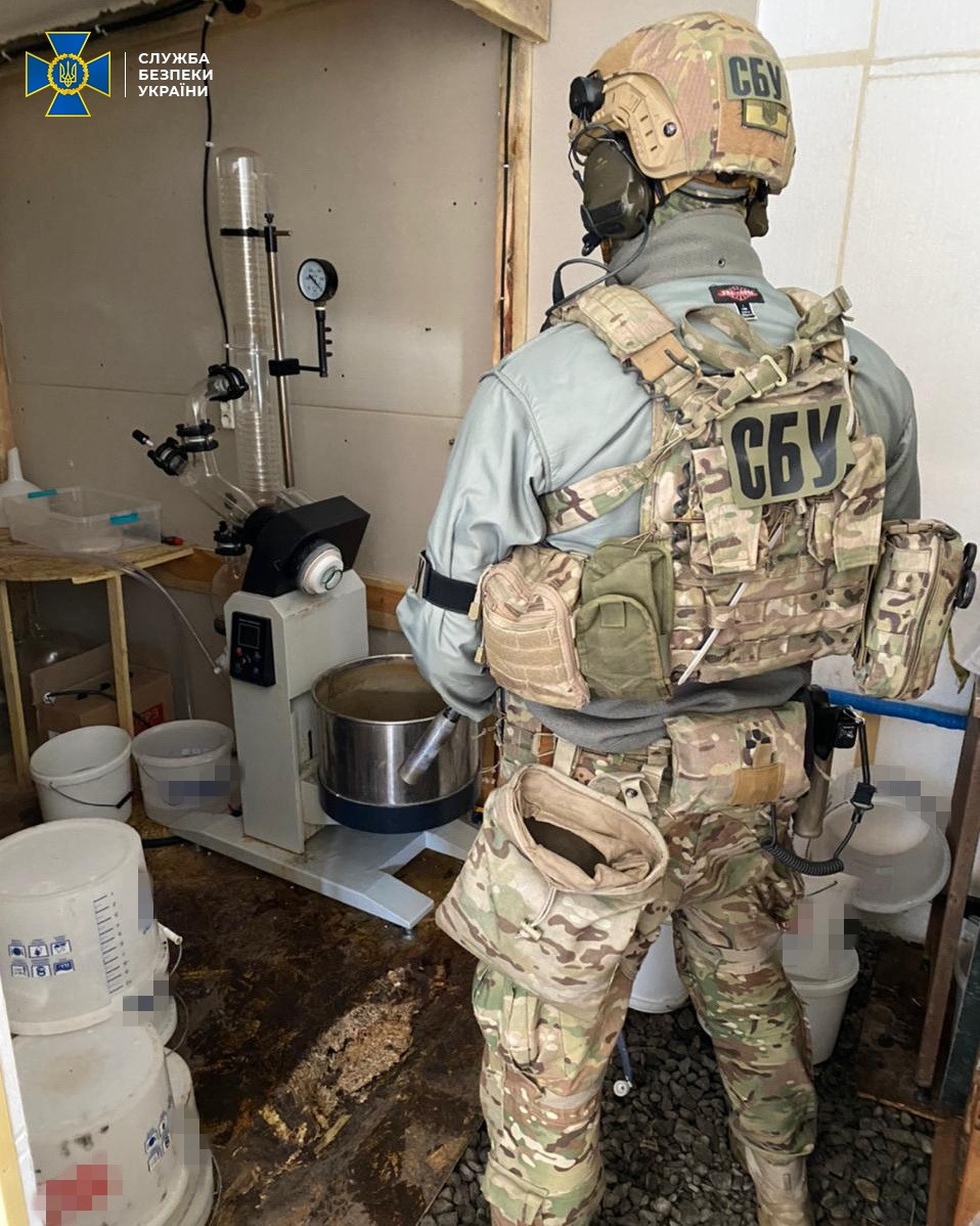В Киеве СБУ разоблачила нарколабораторию и изъяла вещества на 1,5 млн долларов - фото 4