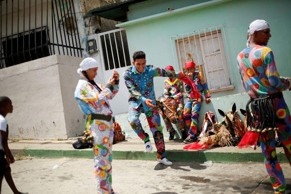 Как танцующие дьяволы в Венесуэле пытаются прогнать коронавирус – фоторепортаж - фото 4