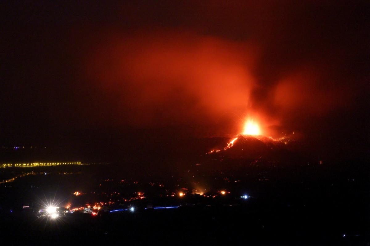 Вулкан на Канарах стал еще мощнее: лава уничтожает всё на своем пути (ФОТО)  - фото 2