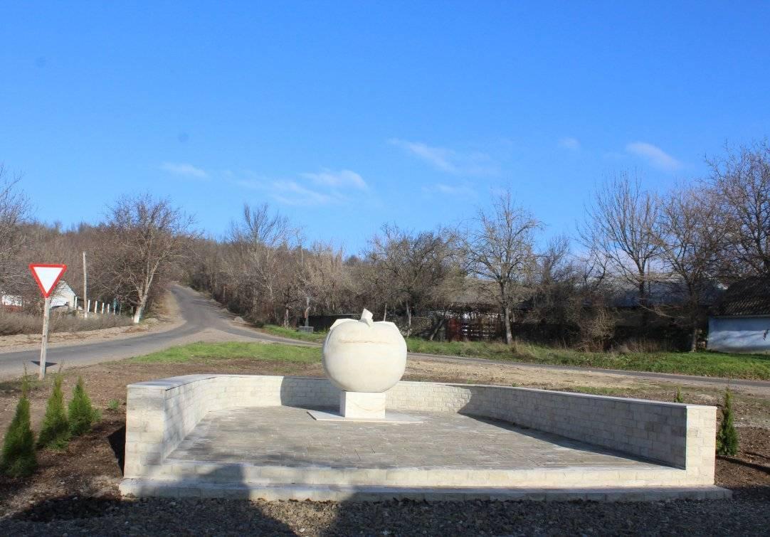 Томатна столиця: на Вінничині встановили пам'ятник овочу (ФОТО) - фото 4