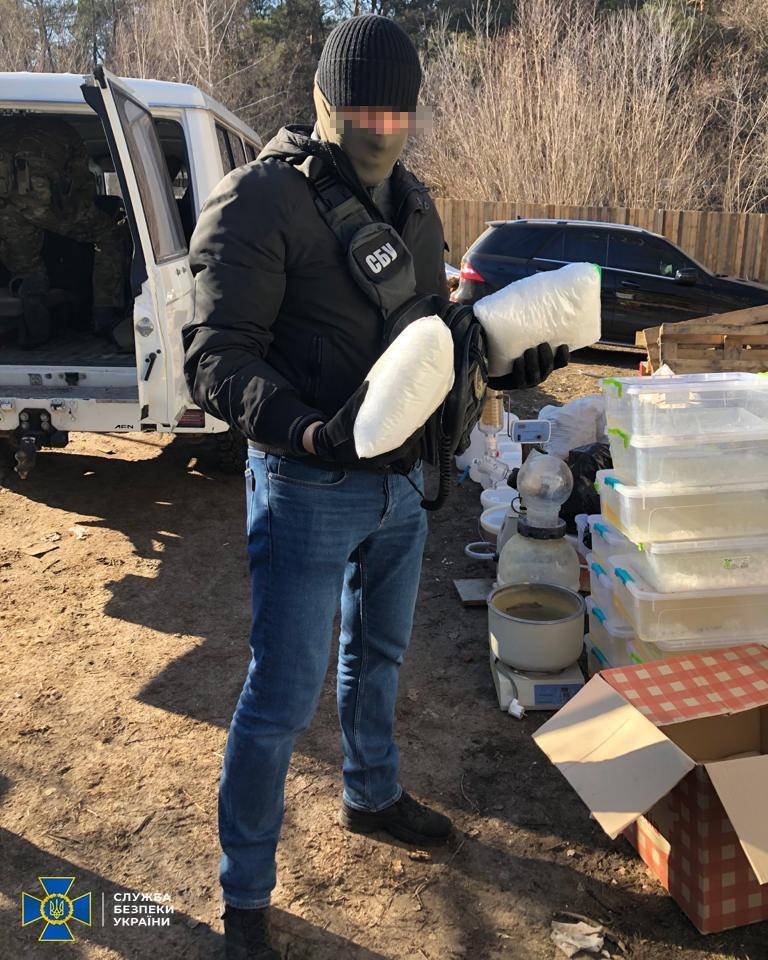В Киеве СБУ разоблачила нарколабораторию и изъяла вещества на 1,5 млн долларов - фото 2