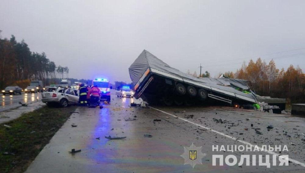 Skoda - вдребезги, грузовик - на боку: ужасная авария под Житомиром - фото 3