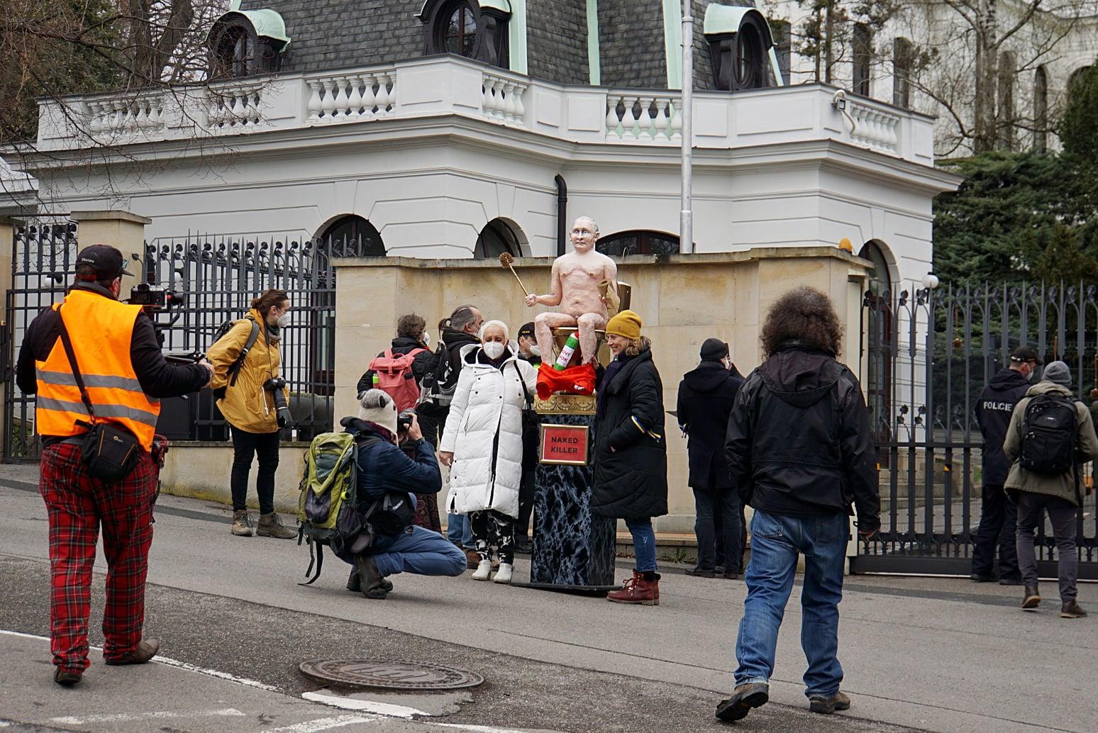 В Чехии установили статую голого Путина: где и зачем (ФОТО, ВИДЕО) - фото 6