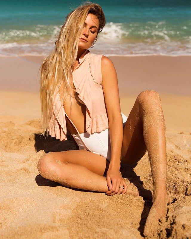 Американська серфінгистка позувала топлес на пляжі - фото 2