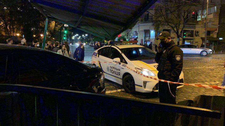 """В центре Киева Ауди """"не разминулся"""" с домом, есть травмированные - водитель нагло покинул место происшествия - фото 3"""