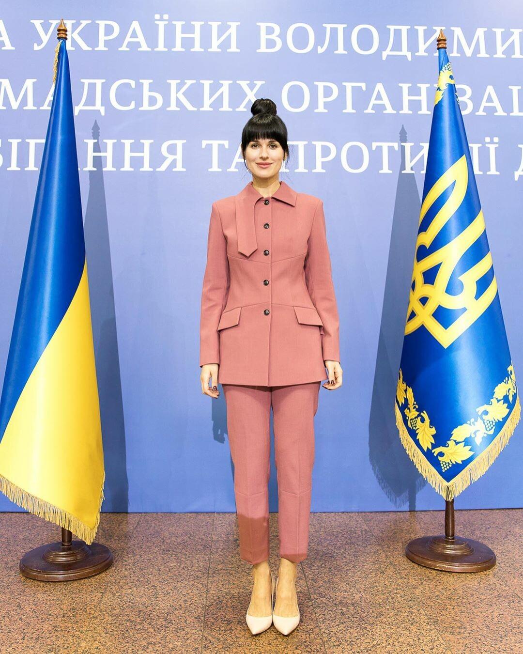 У діловому костюмі: Маша Єфросиніна з'явилася на офіційному заході з президентом - фото 2