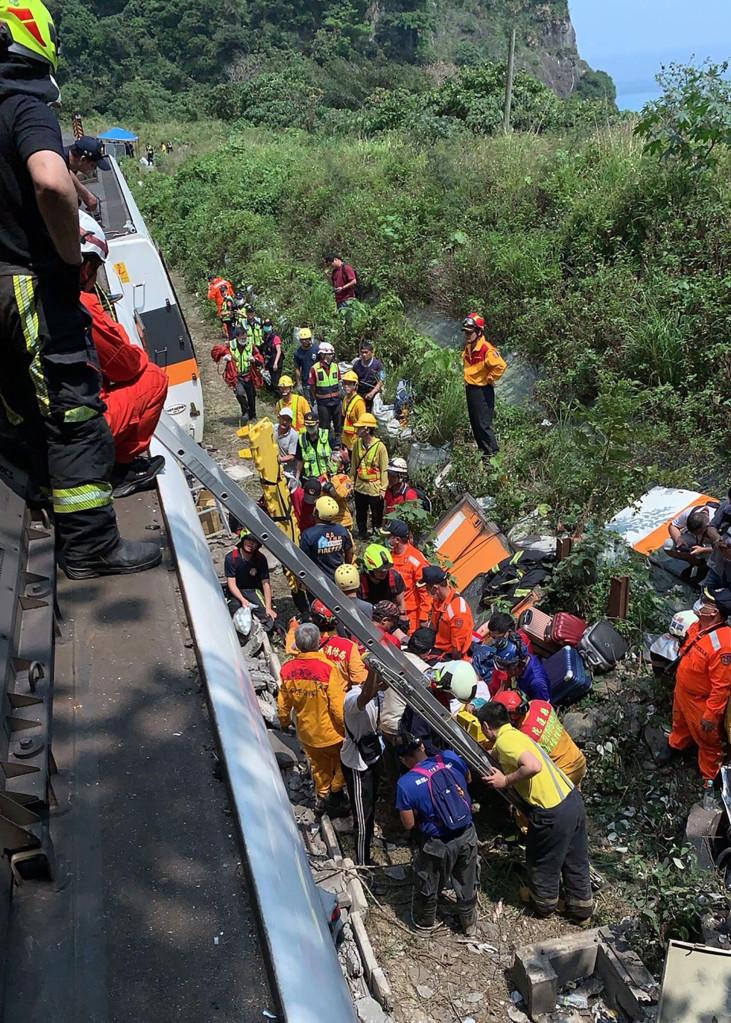 В Тайване произошла железнодорожная катастрофа: погибло полсотни человек (ФОТО)  - фото 2