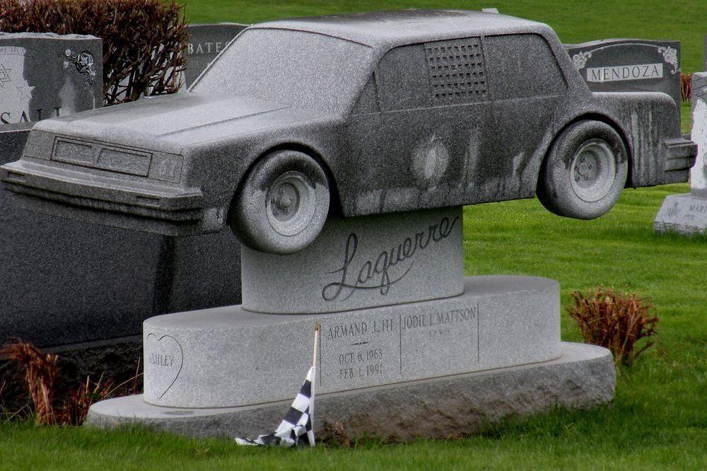 Странные, душераздирающие и забавные - 25 необычных надгробий со всего мира - фото 17