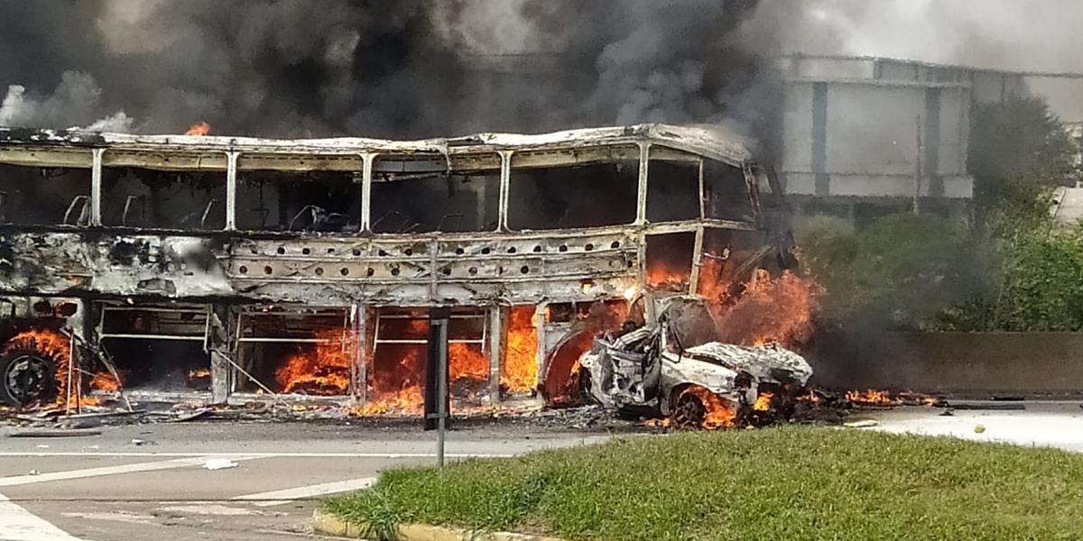 В Бразилии пассажирский автобус попал в массовое ДТП: есть погибшие и раненые (ФОТО) - фото 3