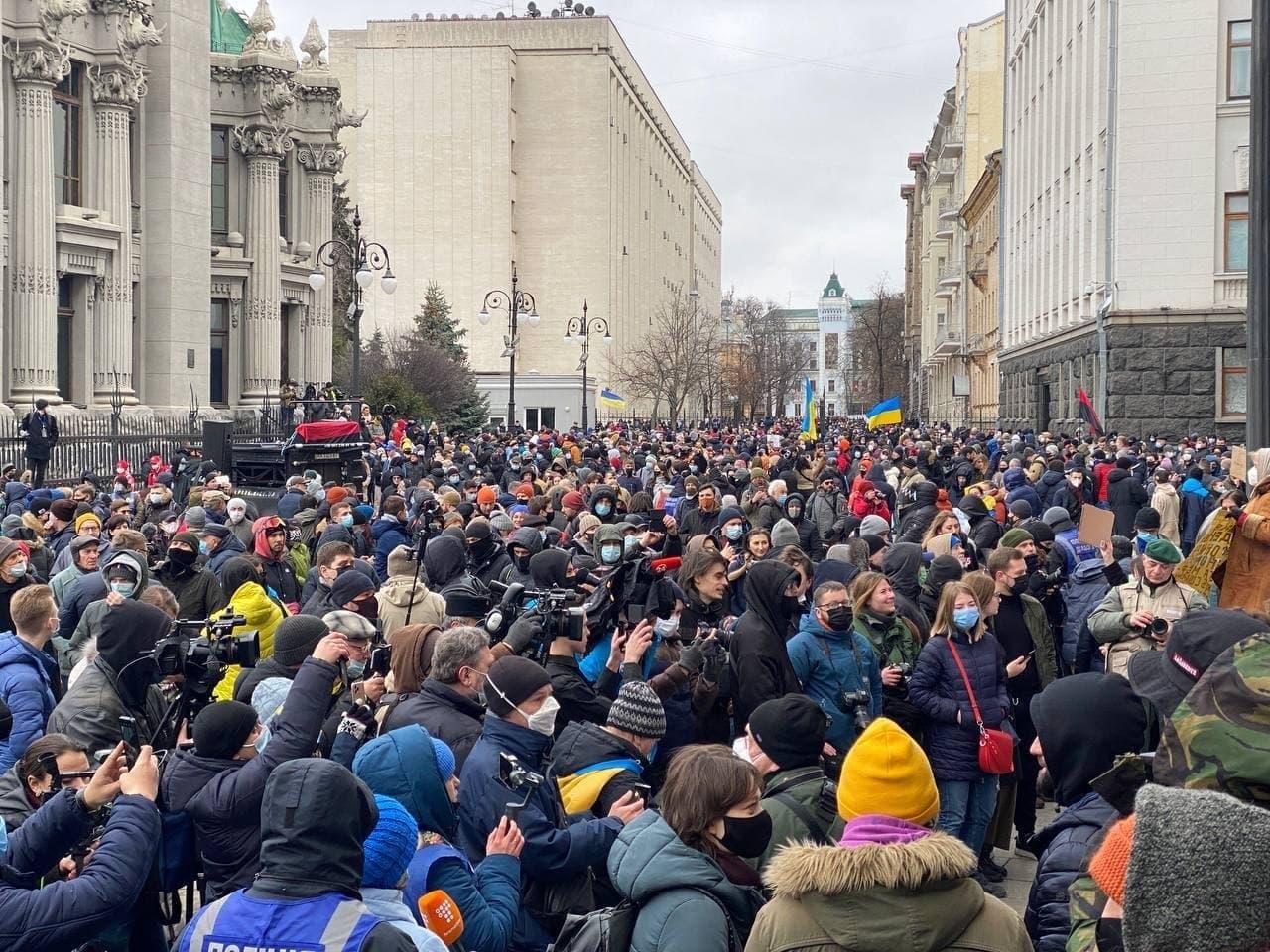 У Києві активісти на підтримку Стерненка крокують до Генпрокуратури: уся колона в диму (фото) - фото 3