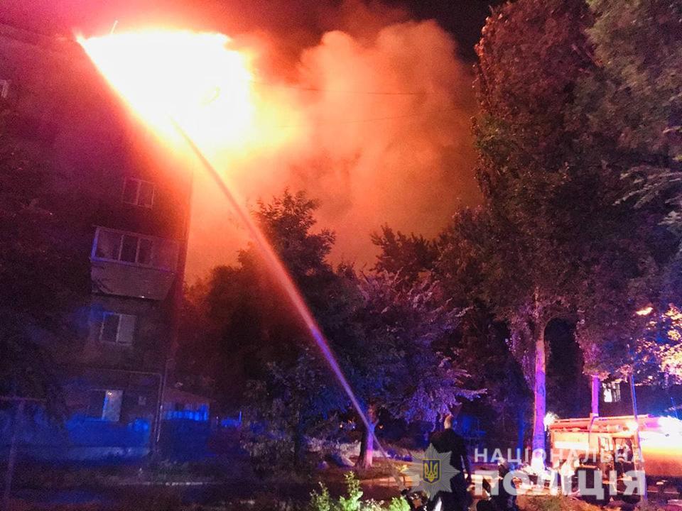 В Запорожье горела крыша многоэтажки: эвакуировали 100 человек - фото 3